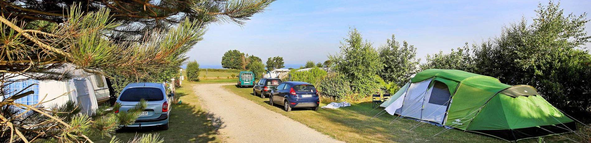 Camping Huttopia les Falaises - Normandie inSaint-Pierre-en-Port ligt op 400 meter van het strand in het departement Seine-Maritime in Normandië.