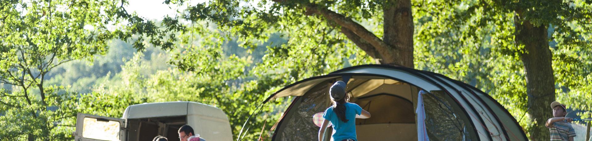 Camping Huttopia Les Châteaux in Bracieux is een natuurcamping in Centre-Val de Loire gelegen aan een rivier in het departement Loir-et-Cher.
