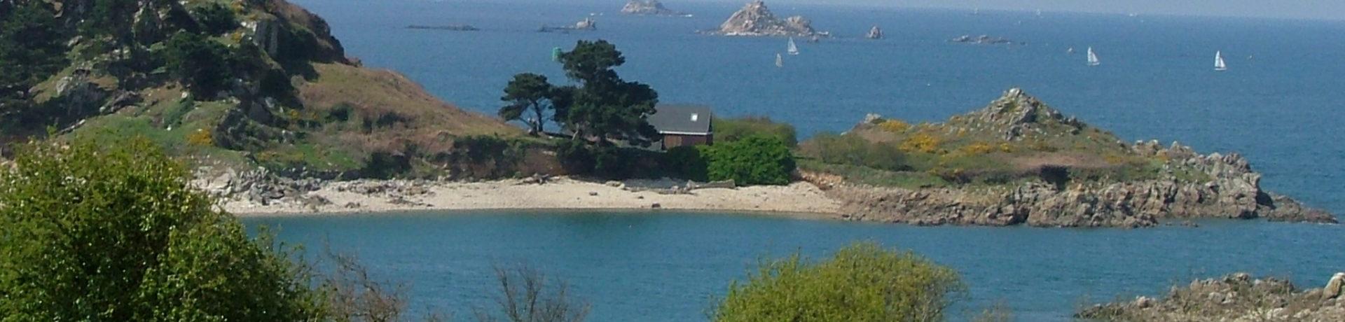 Camping La Baie De Terenez in Plouezoc'H is een groene camping met zwembad in een bloemrijke en schaduwrijke omgeving in Finistère in Bretagne.