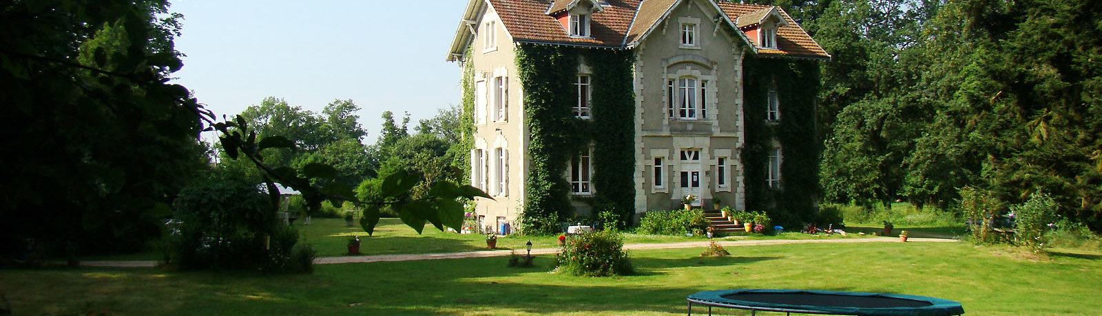 Welkom op het kleinschalige domein van Château de la Perche, een nostalgisch landgoed uit 1870. Kamperen in het groene hart van Midden Frankrijk!