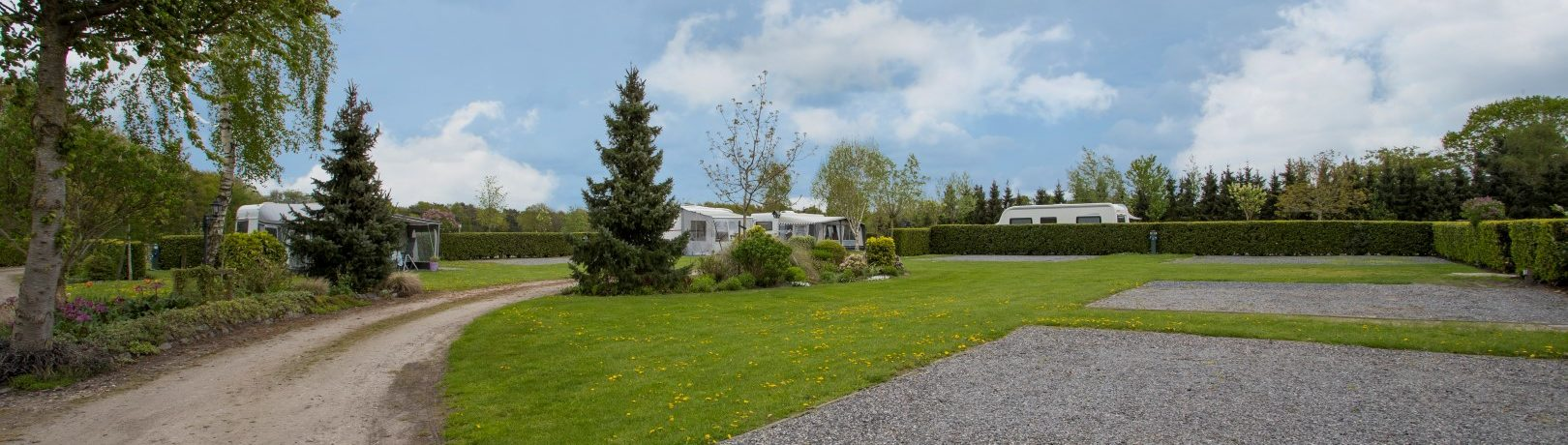 De kleine Abtshoeve is een kleine, ruim opgezette charme camping met 25 verharde plaatsen in Noord-Brabant vlak bij het centrum van Oosterhout en Breda.