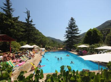 Camping Delle Rose in Italië, net over de grens met Frankrijk, ligt in het achterland van de Ligurische Rivièra, waar de zeelucht en berglucht samenkomen.