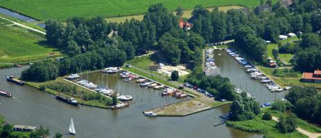 De Veenhoop is een charme camping in Friesland aan het water met eigen haventje gelegen in het natuurgebied De Alde Feanen.