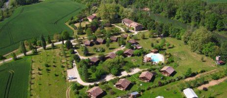 Les Chalets De Fiolles in Brens is een kleine camping (tot 65 plaatsen) met zwembad gelegen aan een rivier in het departement Ain.