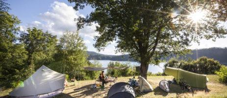 Camping Le lac de la Siauve in Lanobre is een charme camping met zwembad gelegen aan een stuwmeer in de Cantal.