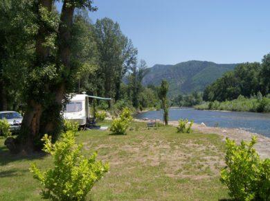 Camping Les Bords Du Tarn is een prachtige charme caping met zwembad aan de oever van de rivier de Tarn in de Aveyron.