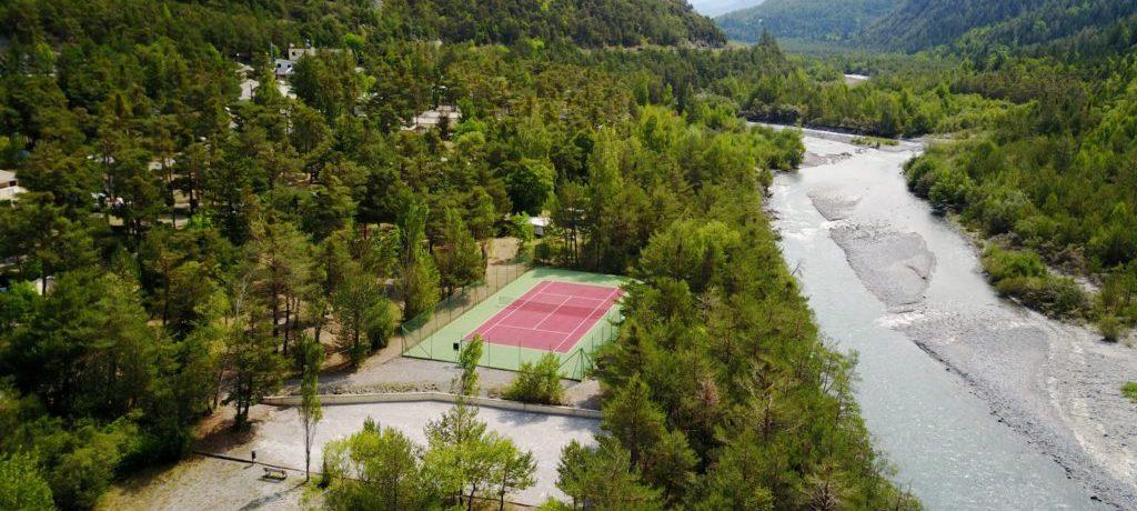Mooie familiecampingaan een rivier gelegen in de vallei van de Ubaye, in de Zuid-Franse Alpen in de Alpes-de-Haute-Provence.