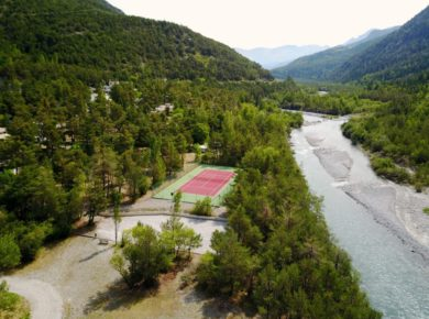 Mooie familiecamping aan een rivier gelegen in de vallei van de Ubaye, in de Zuid-Franse Alpen in de Alpes-de-Haute-Provence.