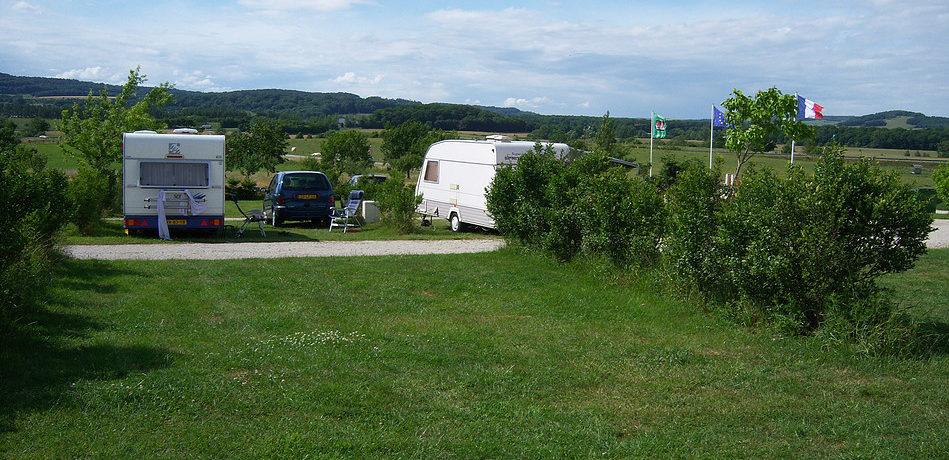 Camping l'Arc en Ciel in de Vogezen is een uitstekend verzorgde familiecamping. Ideaal voor een nacht met uw caravan, tent of camper op de weg naar uw vakantie naar Zuid-Frankrijk. De 35 ruime kampeerplaatsen zijn over het terrein verdeeld.