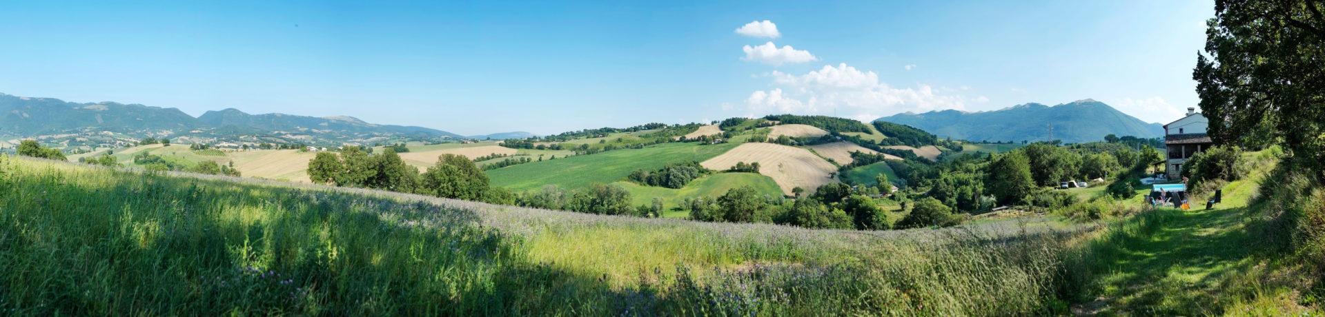 Faranghe! Camping & countryhouse is een charme camping panoramisch gelegen op de grens van Umbria en Le Marche in het groene hart van Italië.