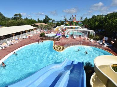 Sandaya Sanguinet Plage in Landes is een luxe 5 sterren camping met een mooi zwembad en aquapark met waterglijbanen in Zuid-Frankrijk.