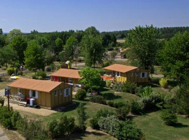 Camping Champ d'été in Pont-de-Vaux is een rustig gelegen, parkachtige camping met zon en schaduw plaatsen gelegen in het departement Ain.