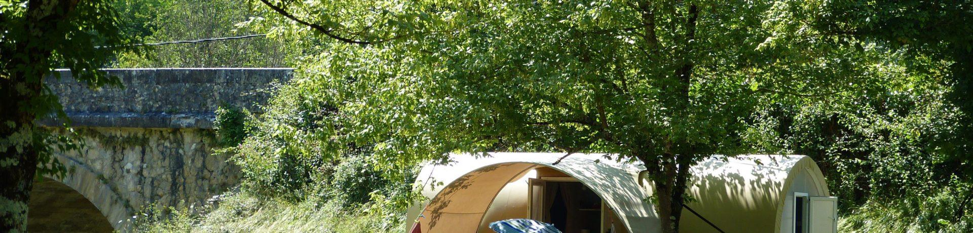 Camping Le Petit Pyrénéen in Le Mas-d'Azil is een kleine camping met zwembad in Ariège gelegen aan de rivier L'Arize in Occitanië.