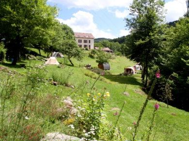 De Mini-camping Le Creux met 6 ruime kampeerplekken ligt aan de rand van het Duizendmeren-gebied en in het gebied van Les Trois Ballons in de Haute-Saône.