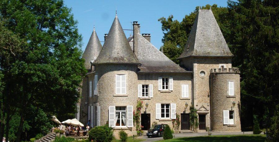 Boek een Juliette bungalowtent op Domaine de Mialaret. Ideaal gelegen in de Franse Limousin op een kasteellandgoed.
