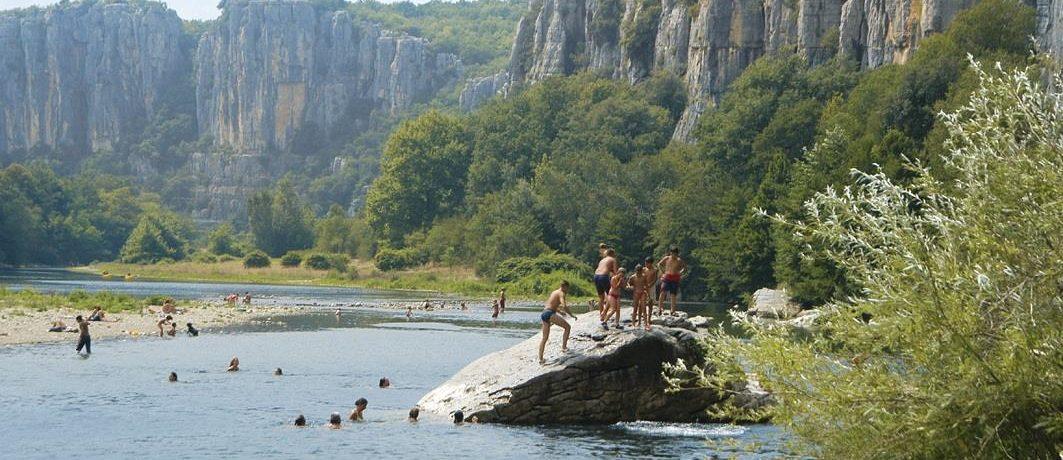 Gezellige kleine camping aan de rivier de Ardèche bij Gorges du Chassezac. Ideaal voor natuurliefhebbers en rustzoekers.