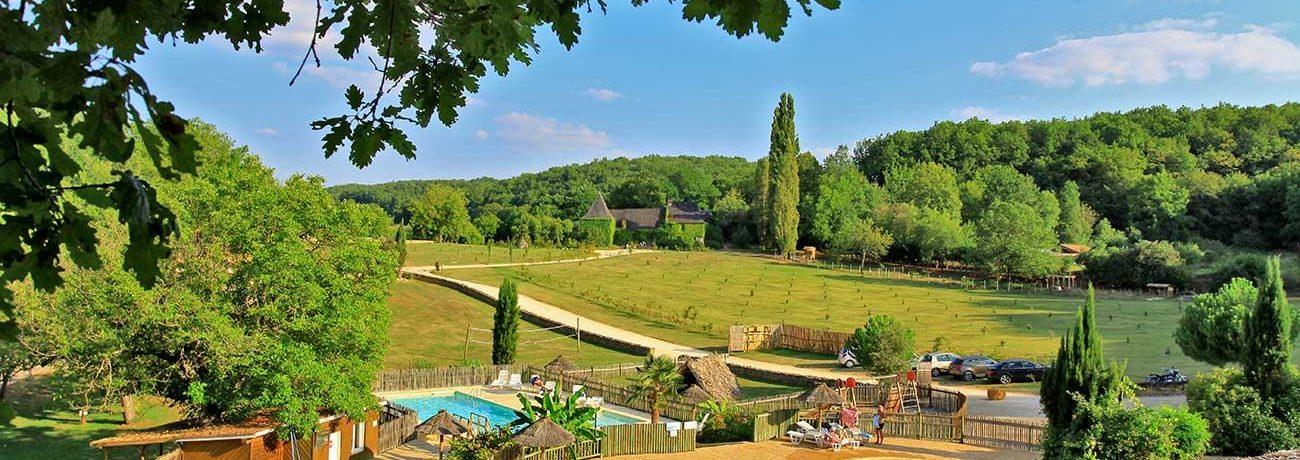 Camping Club Périgord Vacances is een kleine natuurcamping op het platteland in Saint-Amand-de-Coly in de regio Aquitaine met staplaatsen en huuraccommodaties.