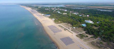 Mooie grote camping met zwembad gelegen aan het prachtige strand van Bibione Pineda aan de Venetiaanse kust.