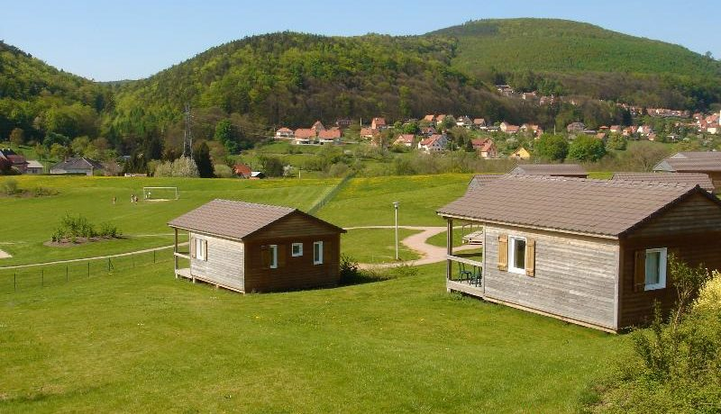 Camping L'oasis in Oberbronn is een camping in de Elzas (Alsace) met zwembad in het hart van een beroemd kuuroord in de omgeving van een bos.