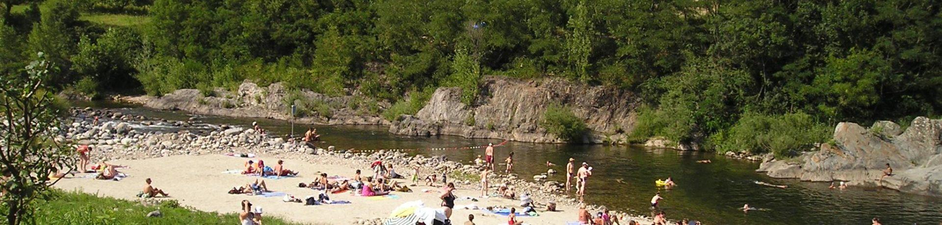 Camping Le Pont Des Issoux Lalevade-d'Ardèche is een familiecamping gelegen aan de rivier de Ardèche in het gelijknamige departement in Auvergne-Rhône-Alpes.