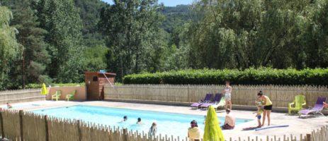 Camping Les Berges Du Doux in Colombier-le-vieux is een kleine camping met zwembad gelegen in het bosrijke Ardèche inAuvergne-Rhône-Alpes.