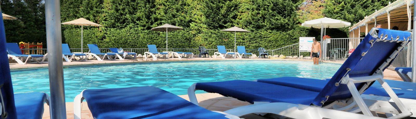 Camping Des Favards in Violès is een kleine camping met zwembad in de Vaucluse gelegen midden in het hart van een wijngaard.