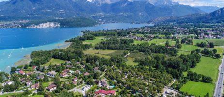 Camping L'Aloua inSevrier is een middelgrote camping in de Haute-Savoie gelegen aan het meer van Annecy in de regioAuvergne-Rhône-Alpes.