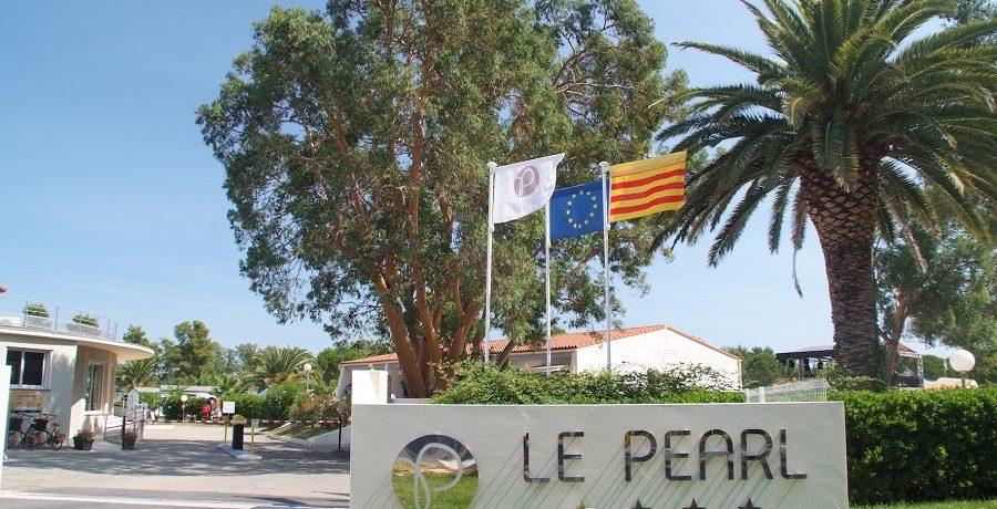Camping Le Pearl Village Club inArgelès-sur-Mer is een middelgrote familiecamping met buitenzwembad in de Pyrénées-Orientales op 1,3 km van de Middellandse Zee.