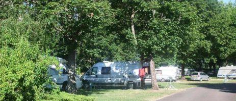 Camping Robinson in Bourges is een middelgrote camping in de Cher in de buurt van de rivier Auron in de regio Centre-Val de Loire.