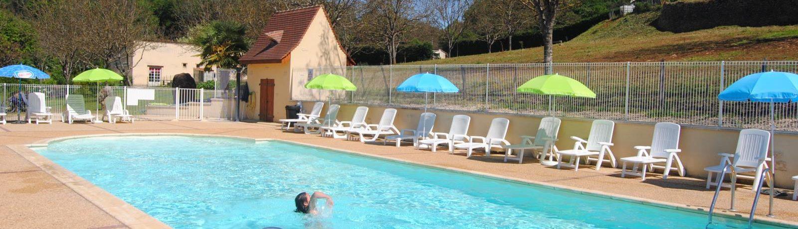 Camping À La Ferme Les Pierres Chaudes in Veyrignac is een rustige boerderijcamping in de Dordogne met zwembad gelegen in de regio Nouvelle-Aquitaine.