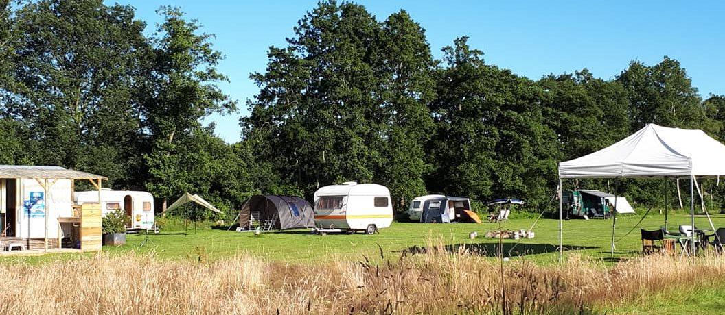 Camping Fraai is een originele kleinschalige minicamping in Friesland gelegen op een verborgen stukje land, net buiten Haulerwijk.