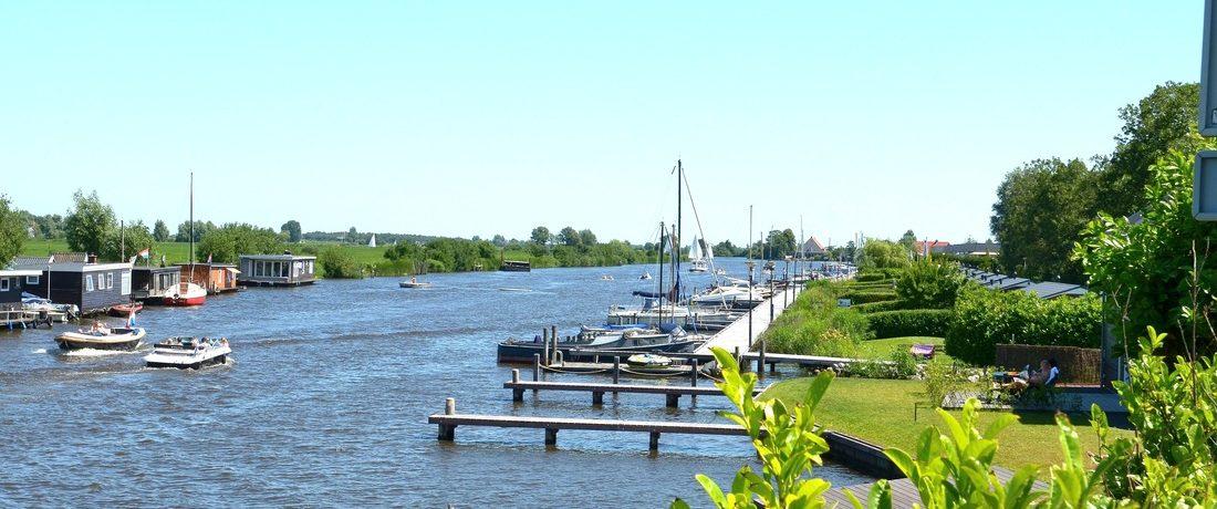 De kleine camping Yn'e Lijte (In de Luwte) is de ideale uitvalbasis om Grou en Friesland te ontdekken. Camperaars, duurzaam, watersporten en kleinschalig.