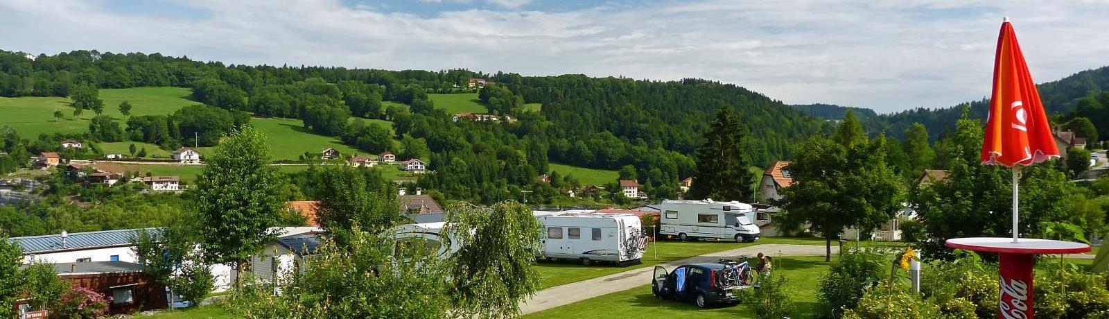 Daar waar de Jura van Neuchâtel het mooiste is, biedt 5 sterren camping Lac des Brenets op het platteland u een vakantie in Zwitserland vol activiteiten.