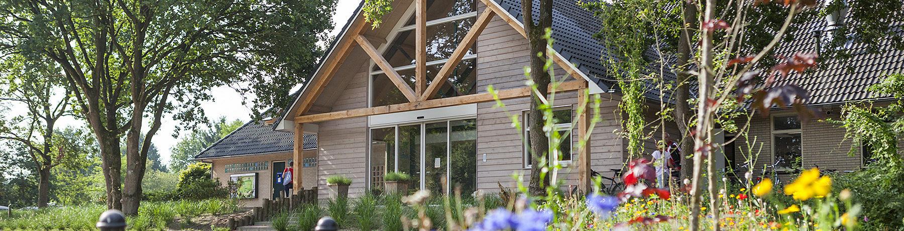 De groene Camping De Reeënwissel beschikt over veel faciliteiten en is gunstig gelegen in Drenthe aan het Nationaal park Drents Friese Wold.