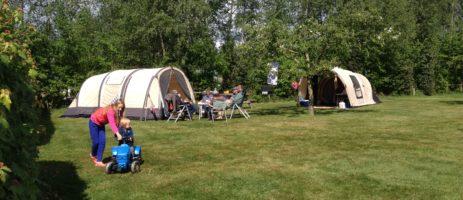 Gezellig natuurkampeerterrein in Overijssel met ruime kampeerplaatsen met uitzicht over de landerijen, ideaal voor rustzoekers en gezinnen met kinderen.