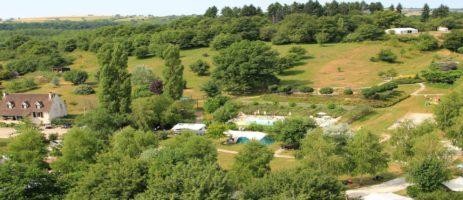 Kindvriendelijk vakantiepark in de Bourgogne met zwembad en restaurant, met kindvriendelijke camping, gîtes en POD's, gelegen tussen de wijngaarden.